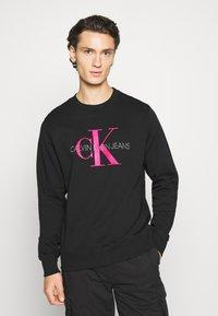 Calvin Klein Jeans - MONOGRAM CREW NECK - Sweatshirt - black/pink - 0