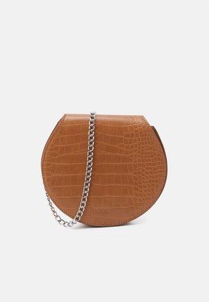 BENITTA CROSSOVER BAG - Across body bag - cognac