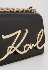 KARL LAGERFELD - SIGNATURE SMALL SHOULDERBAG - Sac bandoulière - black/gold - 2