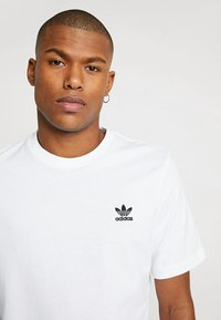 adidas Originals - ADICOLOR ESSENTIAL TEE - Camiseta estampada - white - 4