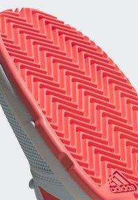 adidas Performance - COURTJAM - Zapatillas de tenis para tierra batida - sky tint/signal pink/footwear white - 8