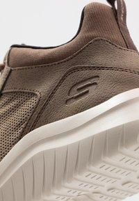 Skechers Sport - ULTRA FLEX 2.0 - Sneakers hoog - choc - 5