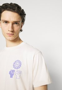 Obey Clothing - PEACE JUSTICE EQUALITY - Print T-shirt - sago - 4