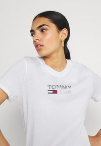 Tommy Jeans - METALLIC CORP LOGO TEE - T-shirt con stampa - white - 3
