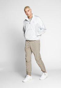 Nike Sportswear - Teplákové kalhoty - khaki/light bone - 1