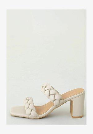 Sandalias planas - beige