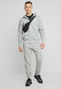 Nike Sportswear - CLUB HOODIE - Hoodie met rits - dark grey heather/matte silver/white - 1