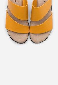 Jana - SLIDES - Sandaler - saffron - 5