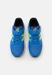 New Balance - YT570BK UNISEX - Zapatillas de running neutras - blue/lime - 3