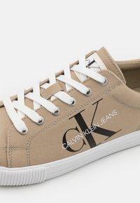 Calvin Klein Jeans - LACEUP - Tenisky - crockery - 5