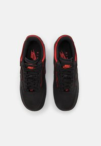 Nike Sportswear - AF1/1 UNISEX - Sneakers laag - black/chile red/pine green - 5