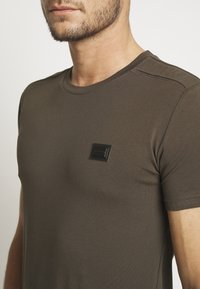 Antony Morato - SPORT ROUND NECK COLLAR WITH PLAQUETTE ON CHEST - T-shirts basic - green / kaki - 4