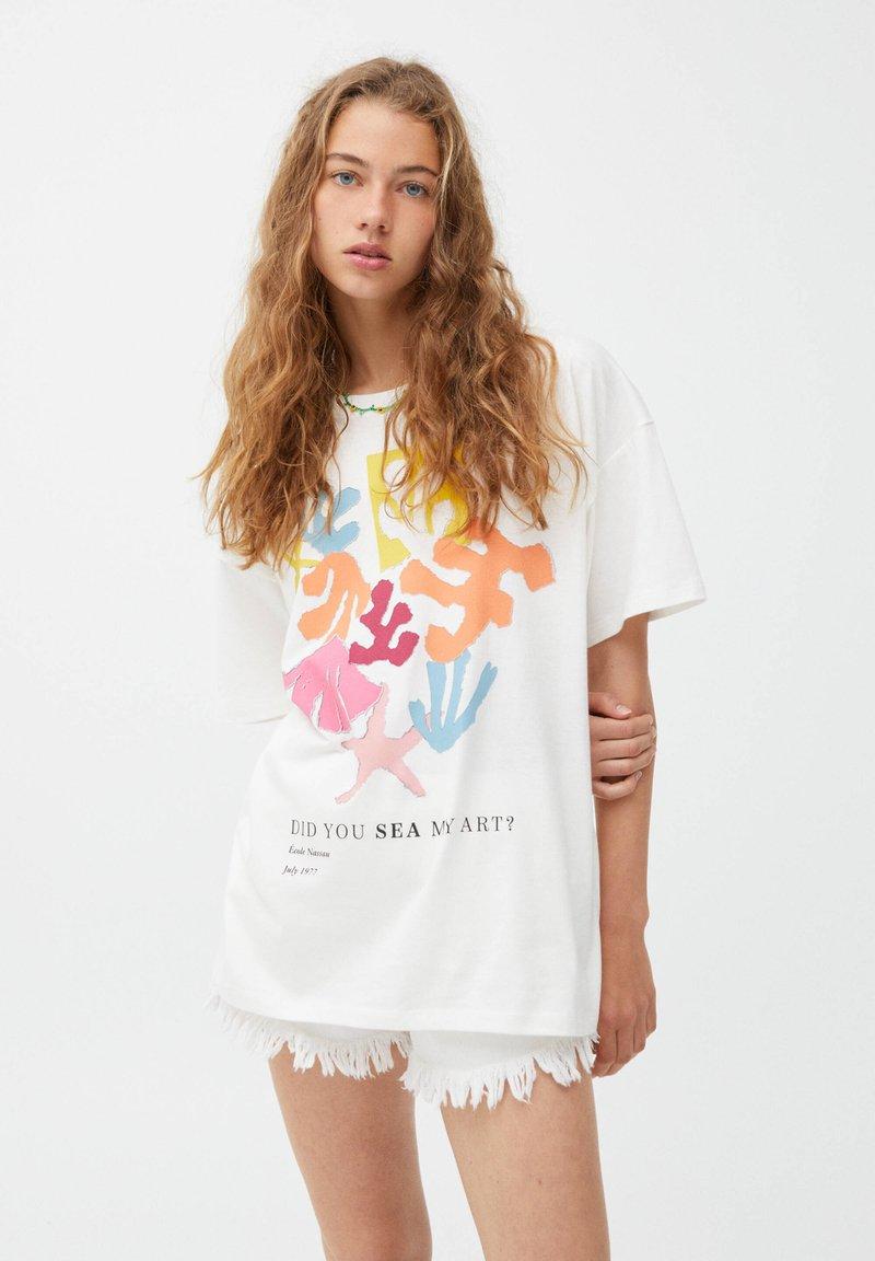 PULL&BEAR - MIT BUNTEM ALGENMOTIV UND RUNDAUSSCHNITT. - Print T-shirt - off-white