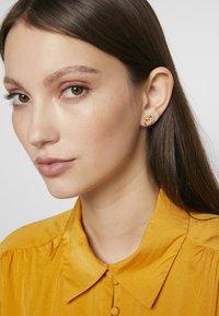 Olivia Burton - BEJEWELLED INTERLINK EARRINGS - Náušnice - gold-coloured - 1