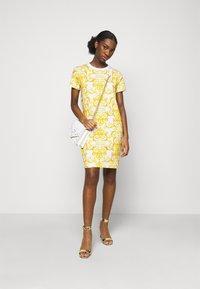 Versace Jeans Couture - LADY DRESS - Žerzejové šaty - optical white - 1