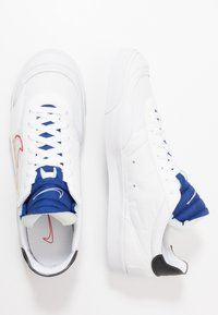 Nike Sportswear - DROP-TYPE HBR - Sneakersy niskie - white/university red/deep royal blue/black/team gold - 4