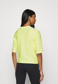 Nike Sportswear - T-shirt imprimé - light zitron/black - 2