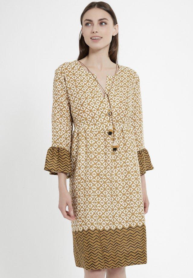 CAPIA - Korte jurk - ocker