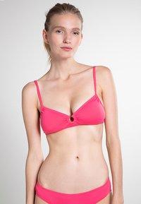 Vince Camuto - SHORE SHADES RING - Bikinitop - hibiscus - 0
