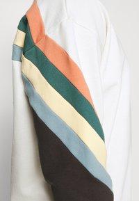 Kaotiko - CREW WALKER UNISEX - Sweatshirt - white - 4