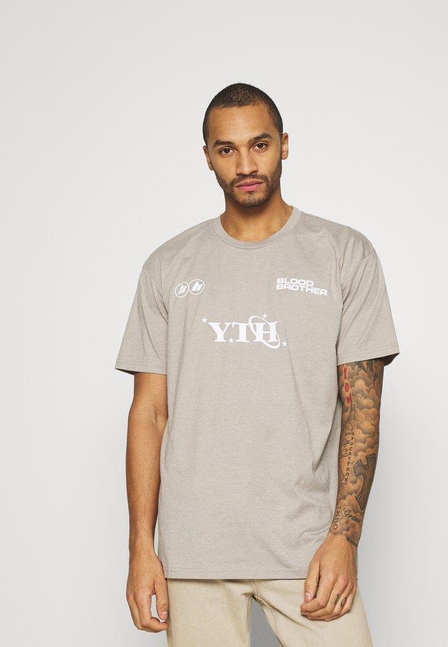 GRAFTON TEE UNISEX - T-shirt med print - beige