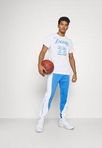 Nike Performance - NBA LOS ANGELES LAKERS CITY EDITON THERMAFLEX PANT - Pantalon de survêtement - coast/white/pure platinum - 1