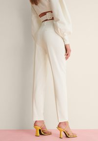 NA-KD - STRAIGHT SUIT PANTS - Trousers - white - 2