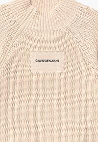 Calvin Klein Jeans - OCO MOCK NECK BOXY - Sweter - off-white - 2