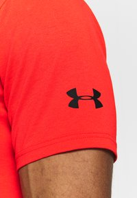 Under Armour - PROJECT ROCK BRAHMA BULL  - Print T-shirt - versa red/black - 4