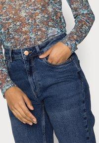 Vero Moda Petite - VMJOANA MOM - Slim fit jeans - medium blue denim - 3