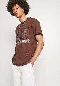 Night Addict - T-shirt imprimé - brown - 3