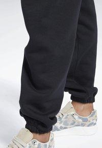 Reebok Classic - CLASSIC WARDROBE ESSENTIALS COZY FLEECE FOUNDATION - Pantalon de survêtement - black - 4