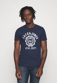 Jack & Jones - JJFLOCK TEE CREW NECK - Printtipaita - dark blue - 0