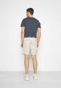 Tommy Hilfiger - BROOKLYN LIGHT - Shorts - classic beige - 2
