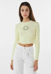 Bershka - MIT STICKEREI - Langærmede T-shirts - yellow - 0