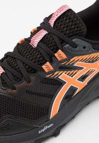 ASICS - GEL SONOMA 6 GTX - Chaussures de running - black/sun peach - 5