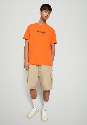 S-BOX   - Print T-shirt - orangeade