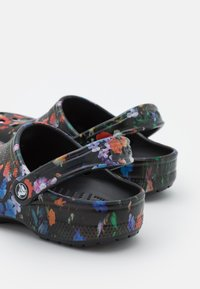 Crocs - CLASSIC PRINTED FLORAL - Klapki - black multi - 5