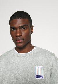 Nike SB - STRIPES CREW UNISEX - Sweatshirt - grey heather/white - 5