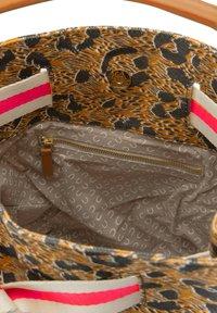 Codello - MIT LEO-PRINT - Handbag - braun - 3