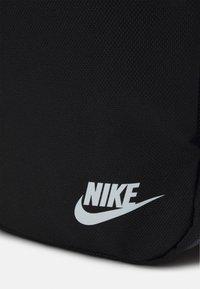 Nike Sportswear - HERITAGE UNISEX - Taška spříčným popruhem - black/white - 4