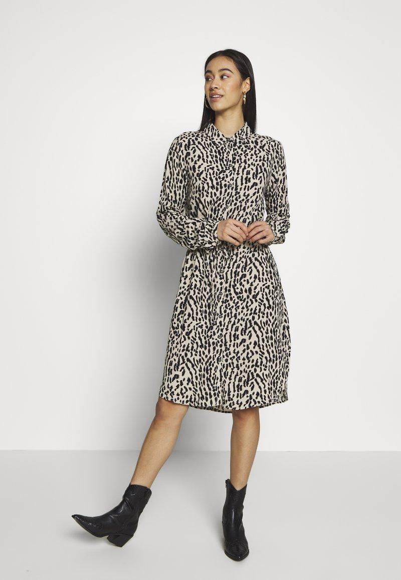 Object - OBJBAY DRESS REPEAT - Shirt dress - humus/new animal