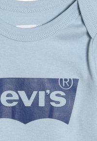 Levi's® - CLASSIC BATWING INFANT BABY SET - Dárky pro nejmenší - dream blue - 5