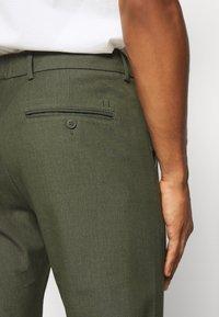 Les Deux - COMO SUIT PANTS SEASONAL - Trousers - deep forrest - 6