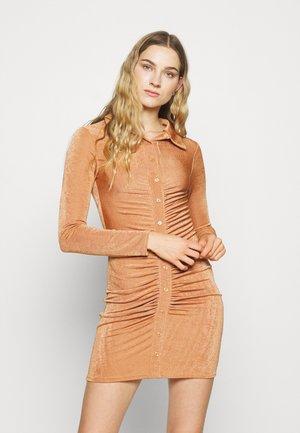 RUCHED SHIRT DRESS - Cocktailklänning - mocha