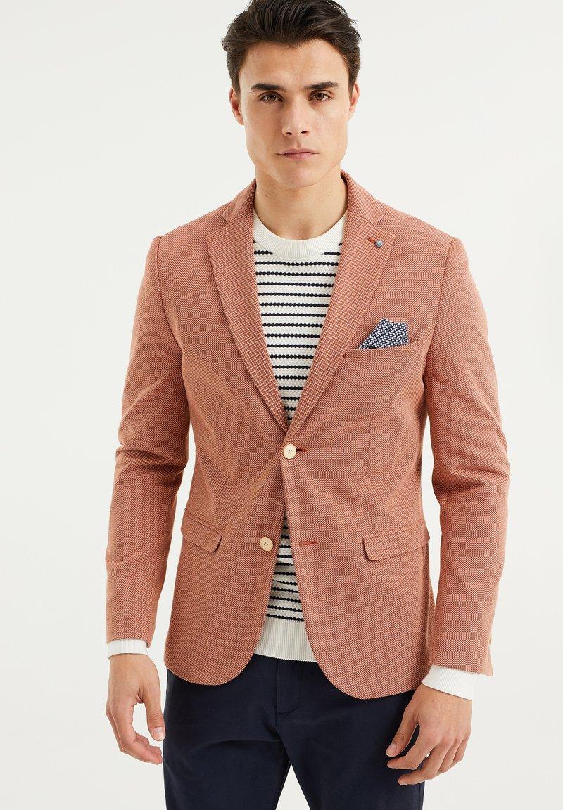 WE Fashion - WE FASHION HERREN-SKINNY-FIT-SAKKO MIT MUSTER - Suit jacket - rust brown