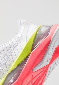 Puma - LQDCELL SHATTER XT - Gym- & träningskor - white/pink alert - 5