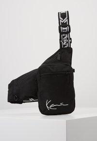Karl Kani - SIGNATURE TAPE BODY BAG - Bum bag - black/white - 0