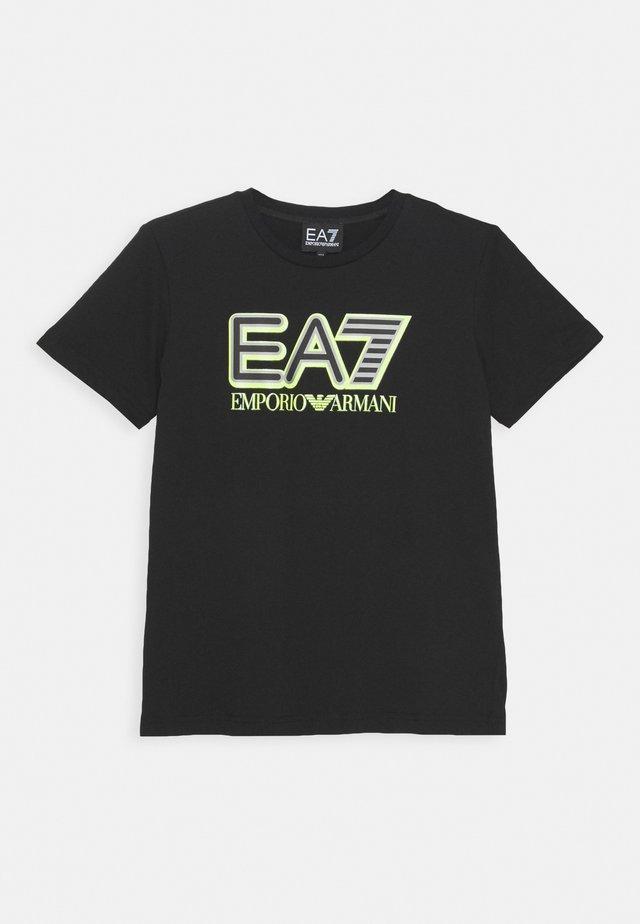 EA7 - T-shirt con stampa - black