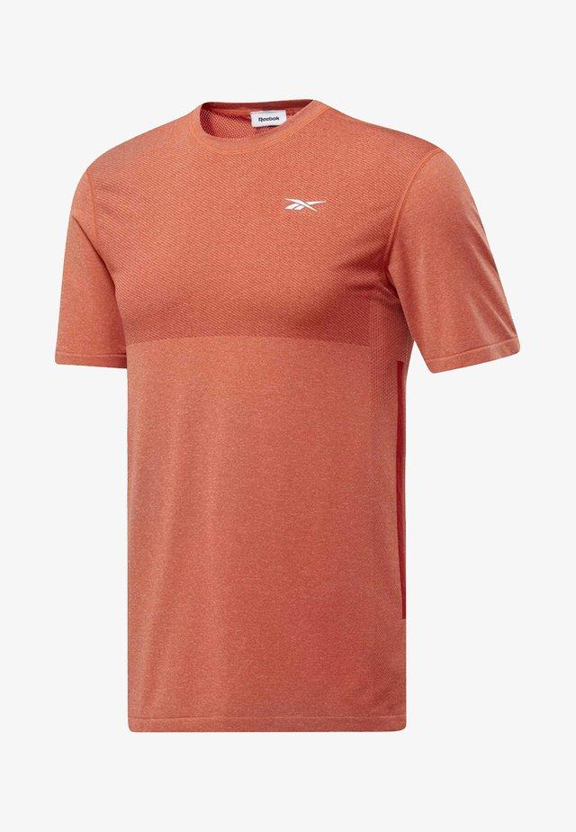 UNITED BY FITNESS MYOKNIT TEE - T-shirt imprimé - vivid orange